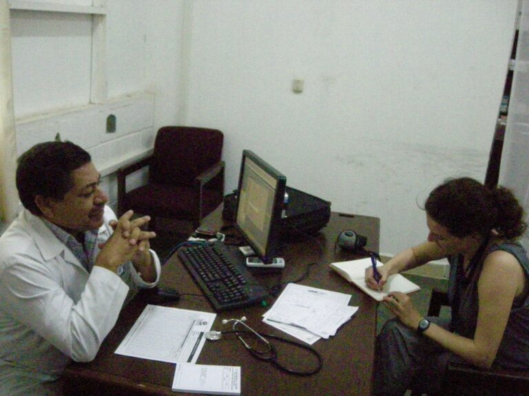 The author interviewing a doctor at a Chqiuita plantation near La Lima (HON), September 2014 (source: private)